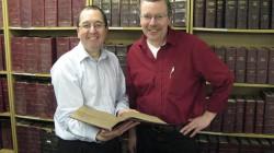 David Wrigley MW mit Andreas Schütz AIWS vor der Harpers-Sammlung mit allen Bänden seit Bestehen