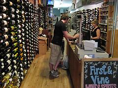 Jessica im First and Vine mit Kunden