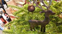 Weihnachtsdekoration in einem Weingeschäft