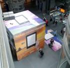 Amazon Würfel mit Kindle-Werbung im HBF Berlin foto:mpleitgen