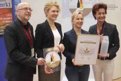 Fachhandelspreis 2015 Preisträgerin Evelin Lindner umrahmt von der deutschen Weinkönignigin, Monica Reule vom DWI und Chefredakteur Werner Engelhard
